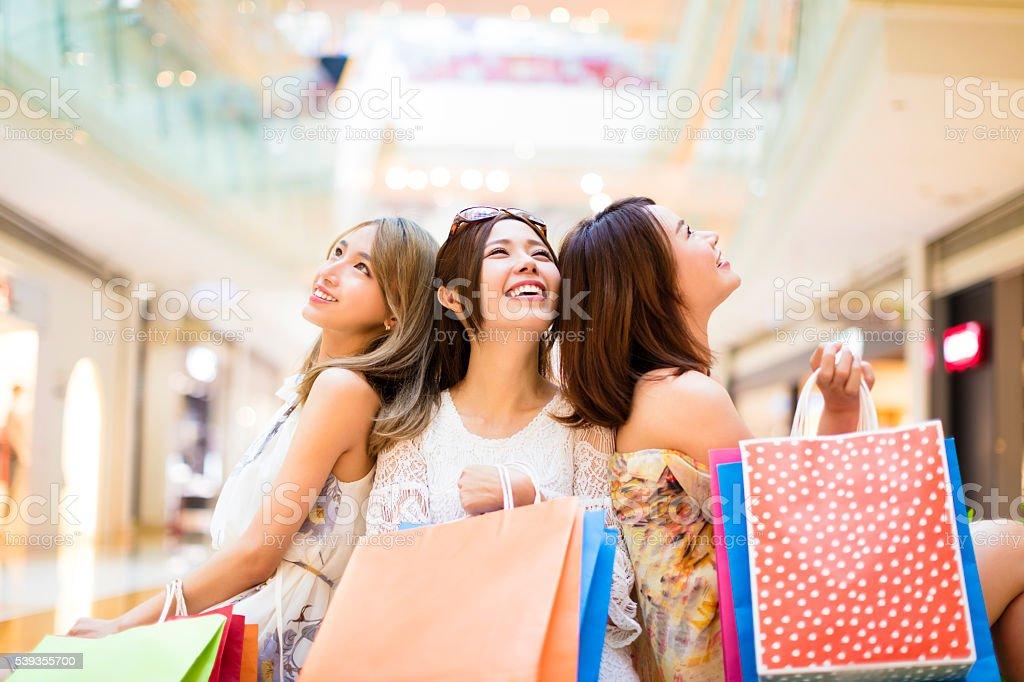 Mujer joven relajada retención de bolsos de compras en el centro comercial - foto de stock
