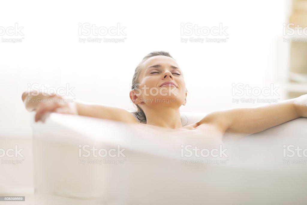 Rilassata Giovane Donna Gettando Nella Vasca Da Bagno Fotografie Stock E Altre Immagini Di Adulto Istock