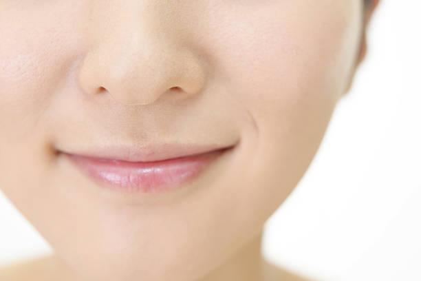 entspannte junge frau. - menschlicher mund stock-fotos und bilder