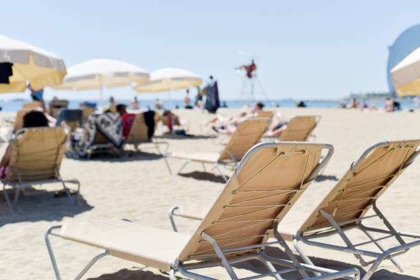 relajarse en la playa de la Barceloneta en Barcelona, España - foto de stock