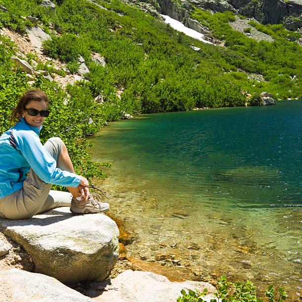 détente au lac de montagne - randonnée corse photos et images de collection