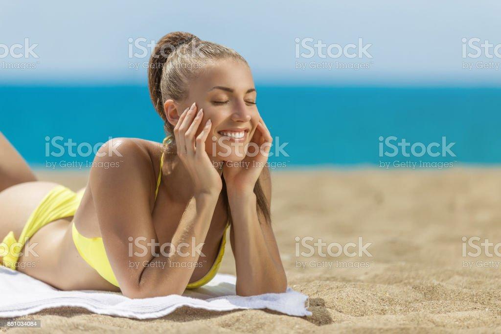 3ca7aa573587 Relax Mujer Bikini En La Playa Foto de stock y más banco de imágenes ...