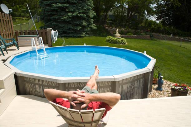 entspannung am swimmingpool - traum pools stock-fotos und bilder