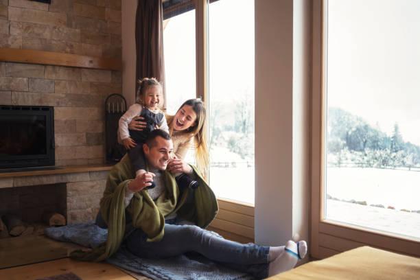 relajante junto a la ventana - invierno fotografías e imágenes de stock