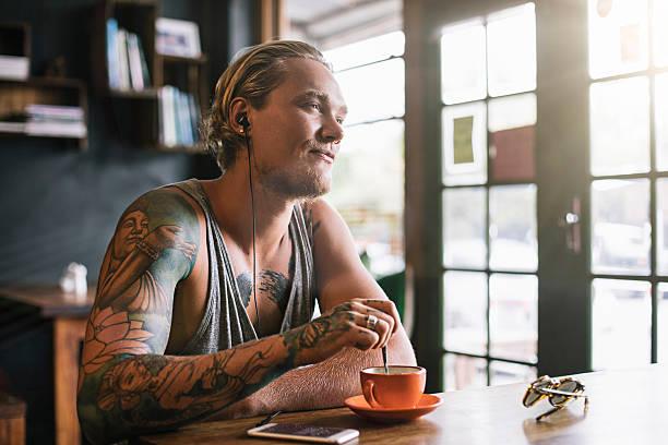 entspannen sie bei einem kaffee - kaffeetasse tattoo stock-fotos und bilder