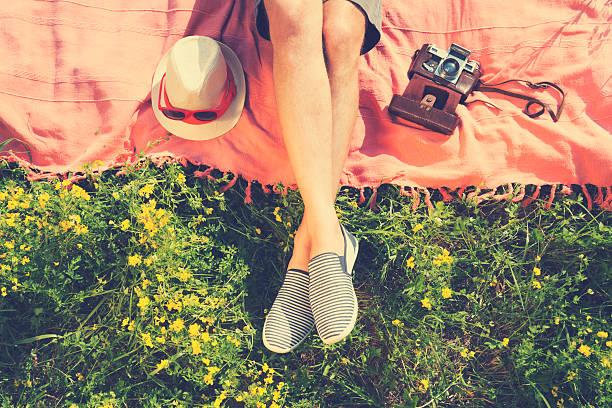 で、リラックスした草地で、夏の太陽をお楽しみいただけます。 - 春のファッション ストックフォトと画像