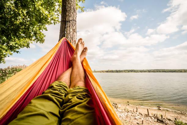 relaks w hamaku na plaży pod drzewami, letni dzień - wypoczynek zdjęcia i obrazy z banku zdjęć