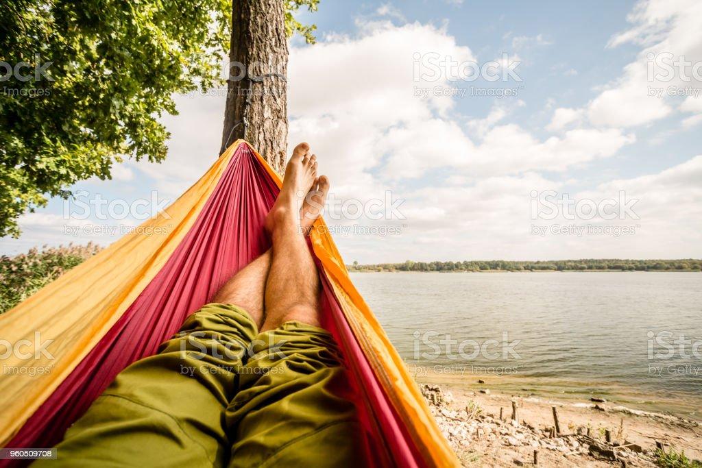 Entspannen in der Hängematte am Strand unter Bäumen, Sommertag – Foto