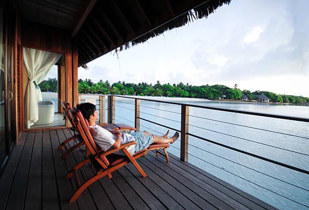 entspannen sie im liegestuhl des beach house-xl - cottage schlafzimmer stock-fotos und bilder