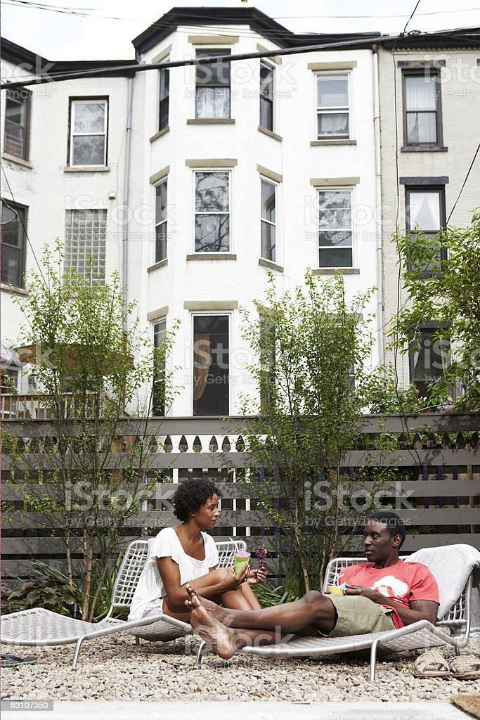 Relaksujący na leżaki w urban podwórko zbiór zdjęć royalty-free