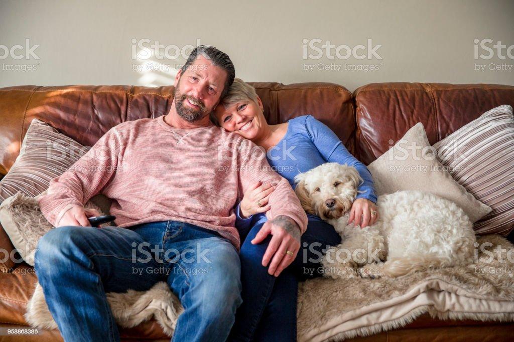 自宅のソファでリラックス - 2人のロイヤリティフリーストックフォト