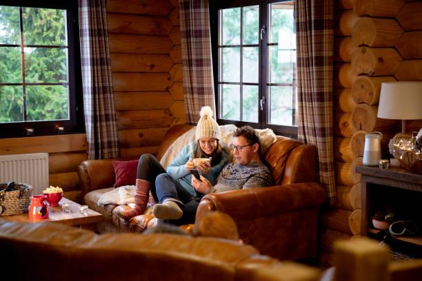 détendre sur le canapé-lit - station de ski photos et images de collection