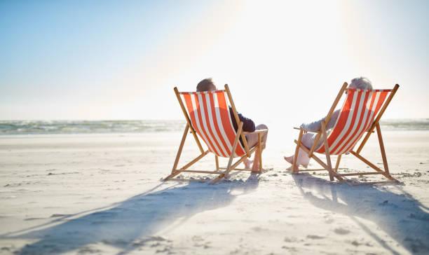 entspannt auf ihren ruhestand - sun chair stock-fotos und bilder