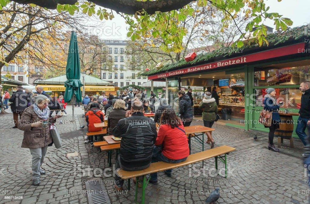 Entspannte Menschen mit Bier und Fast-Food in hungrigen Besucher Viktualienmarkt – Foto