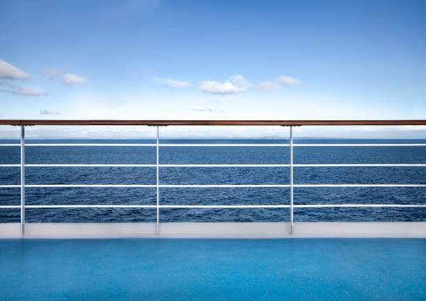 ontspannende zeegezicht van cruise - veiligheidshek stockfoto's en -beelden