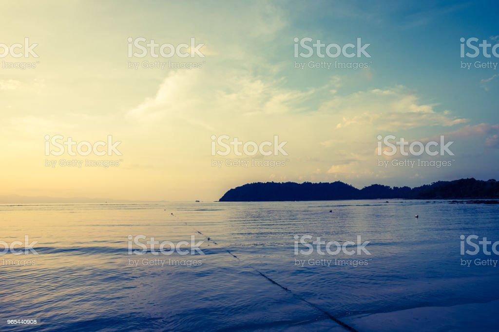 바다와 하늘과 바다의 넓은 수평선, 태양 세트와 어두운 바다 편안한. 빈티지 스타일 - 로열티 프리 0명 스톡 사진
