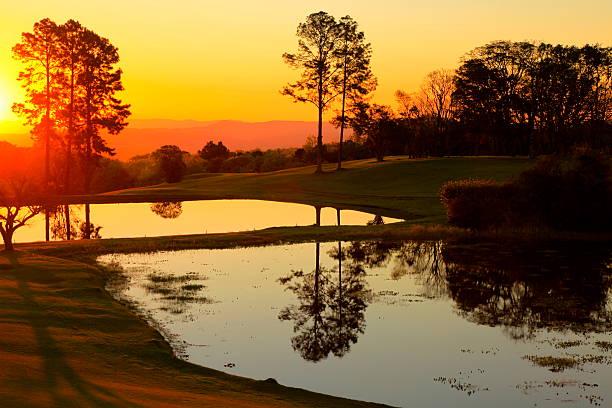 relaxante pôr do sol paisagem com lago reflection no gramado, brasil - rio grande do sul - fotografias e filmes do acervo
