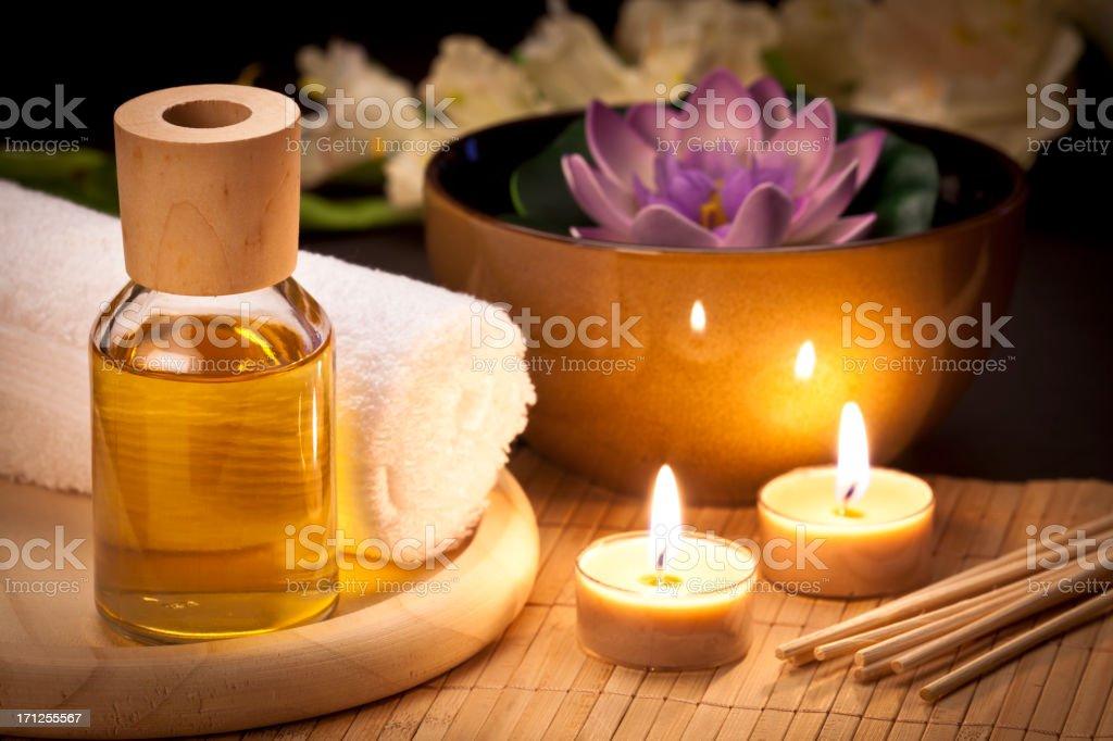 Entspannende Tisch mit Aromatherapie-Material. – Foto