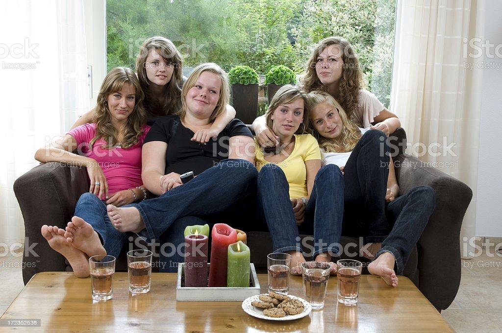 Расслабляющий девушки на диване стоковое фото