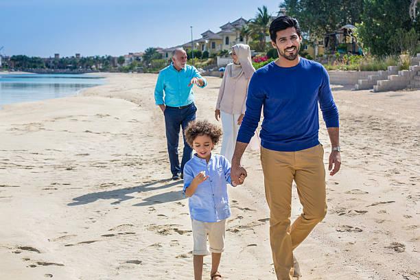 entspannen sie in den strand - dubai urlaub stock-fotos und bilder