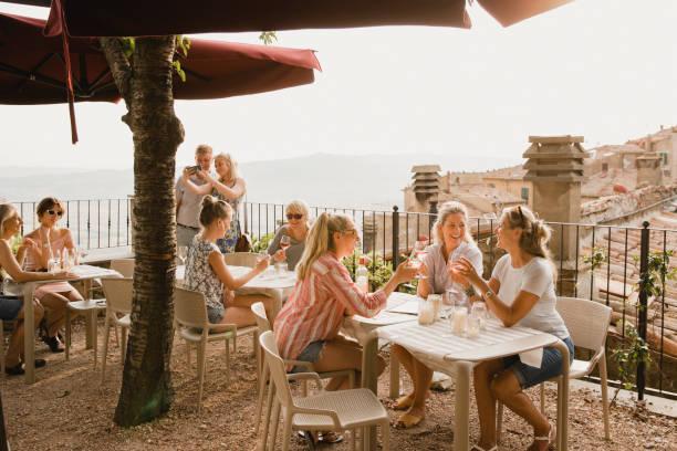entspannung mit einer schönen aussicht - toskana ferien stock-fotos und bilder