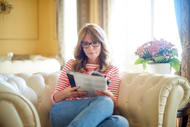 ontspannen vrouw portret - woman home magazine stockfoto's en -beelden