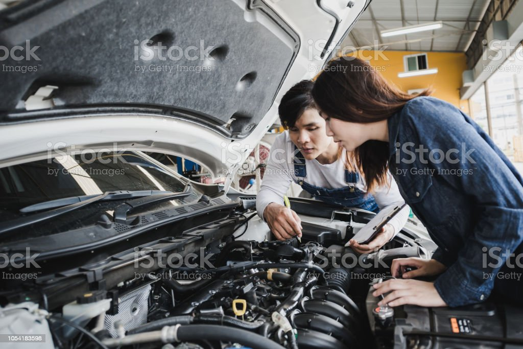 Reliable Auto Mechanics >> Reliable Auto Mechanic Talking To A Female Customer The
