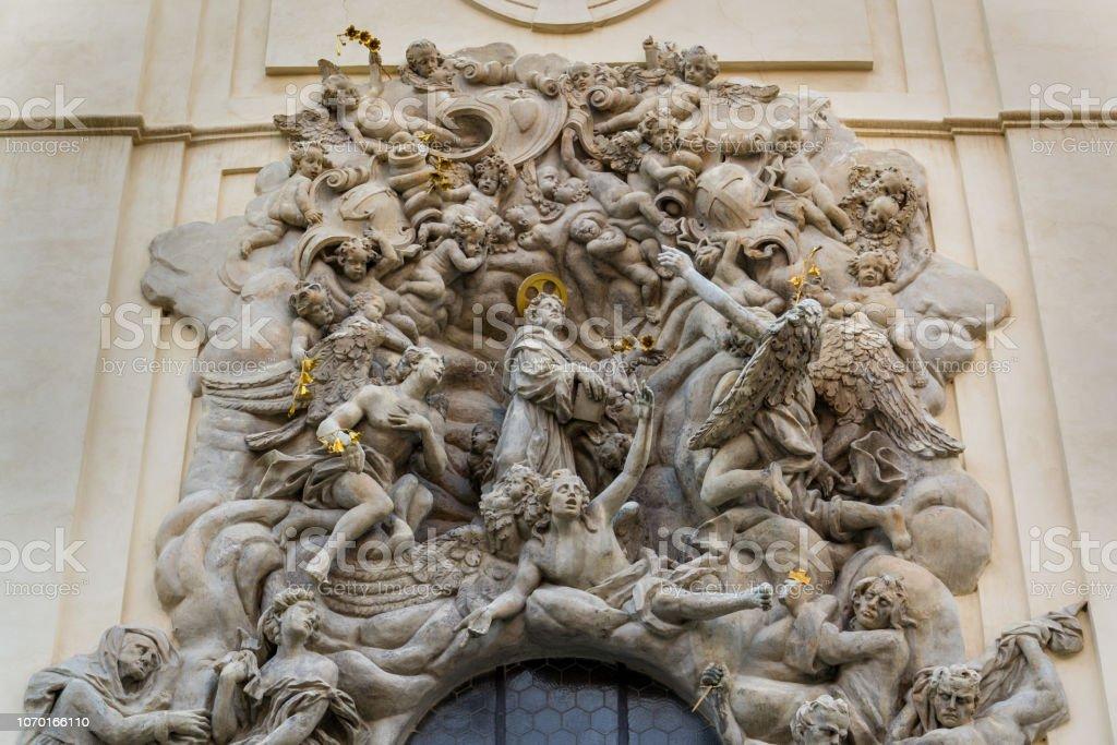Reliefskulptur auf der Fassade der Kirche von Saint James The größer mit Minoritenkloster in Old Town Prague, Tschechische Republik, sonnigen Tag – Foto