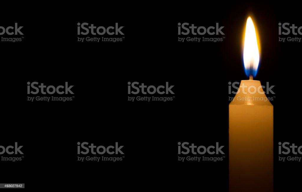 Religiöse Konzept. Brennende Kerze auf dunklem Hintergrund – Foto