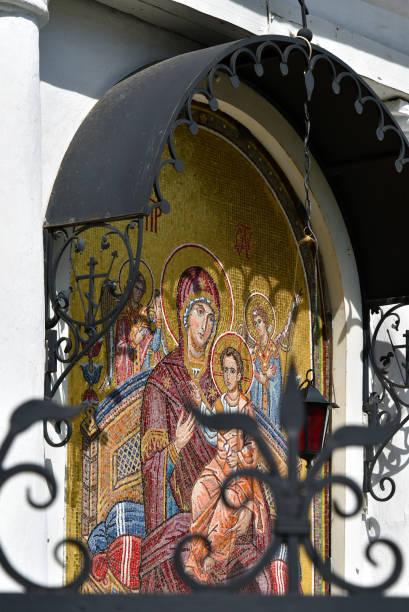 religiöse symbole und symbole. ikone der mutter gottes an der fassade des alten orthodoxen tempels. - achtsamkeit persönlichkeitseigenschaft stock-fotos und bilder