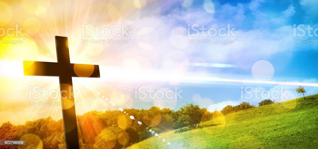 Representación religiosa con Cruz y fondo de paisaje de la naturaleza - foto de stock