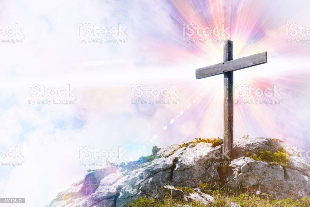 Representación religiosa con cruz en la cima de una colina - foto de stock