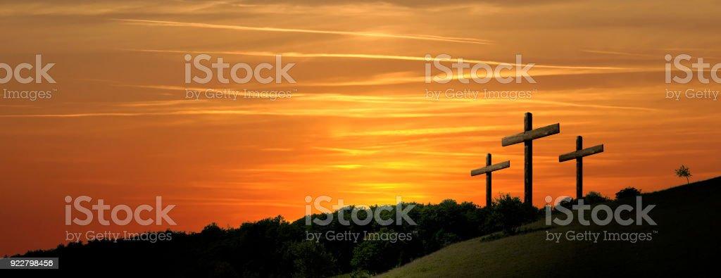 Representación religiosa con fondo de paisaje de naturaleza y tres cruces - foto de stock