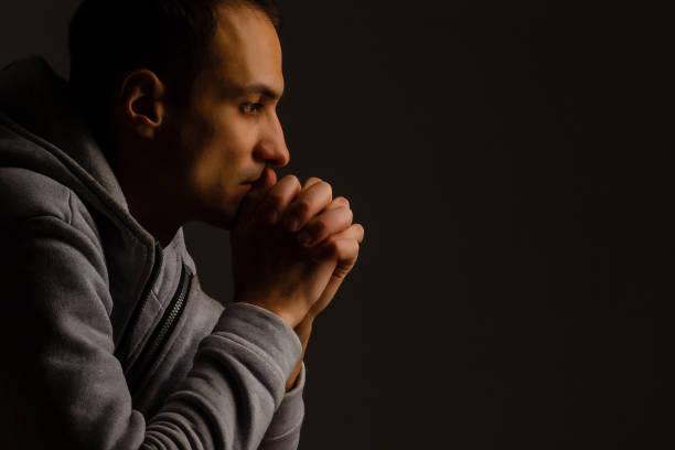 宗教年輕人祈禱對上帝在黑暗的背景, 黑色和白色作用 - prayer 個照片及圖片檔