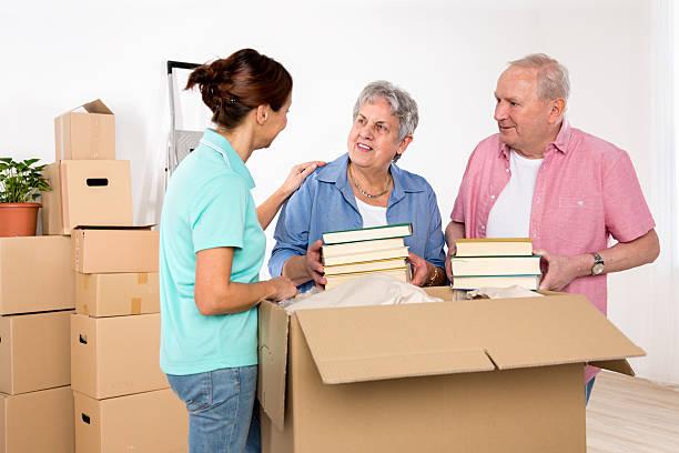 umzug-fürsorgliche mit alter erwachsener paar in neues zuhause - boxen live stock-fotos und bilder