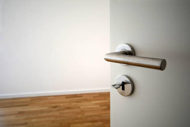 Umzug in neue Wohnung - Tür zum modernen Wohnzimmer, Neubau – Foto