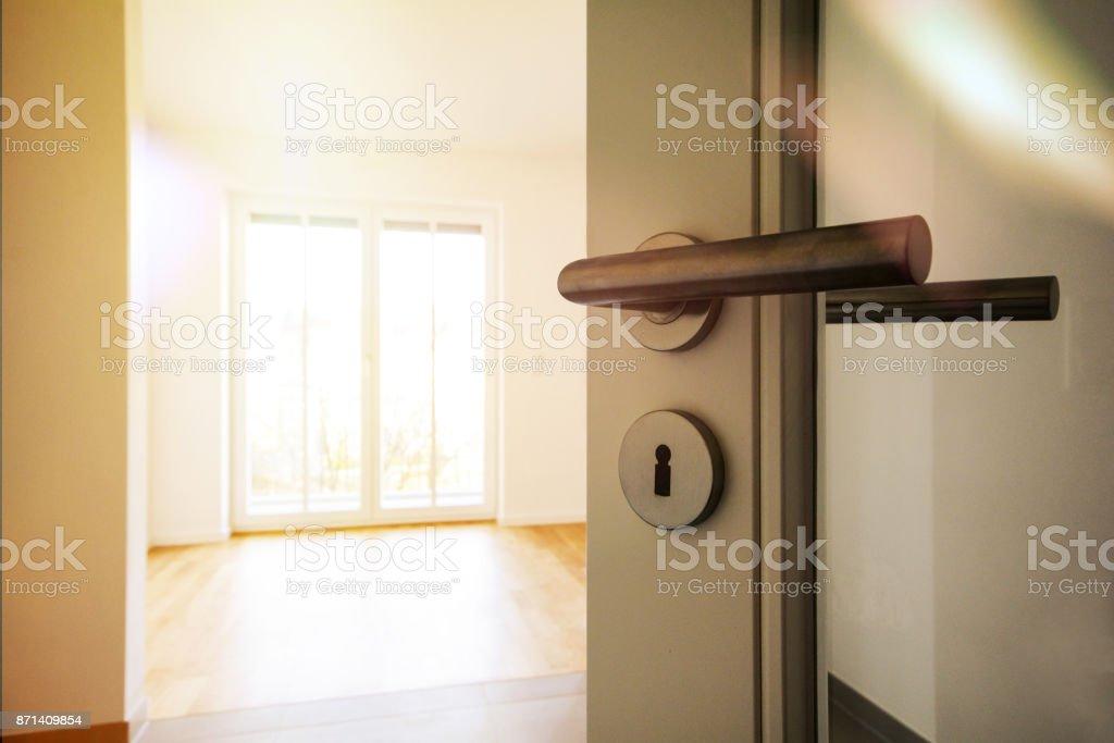 Umzug, Umzug in neue Wohnung - Tür zu modernen Wohnzimmer, neue Bau-Eigenschaft Lizenzfreies stock-foto
