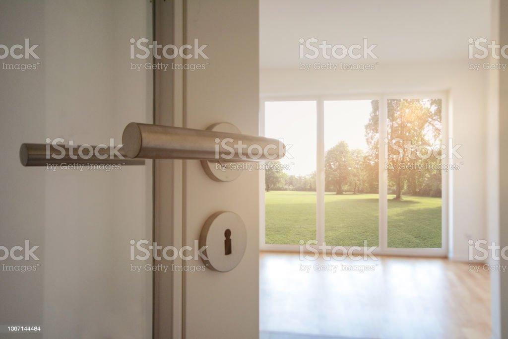 Umzug, Umzug in neue Wohnung - Tür zu modernen Wohnzimmer mit Blick zum Garten – Foto
