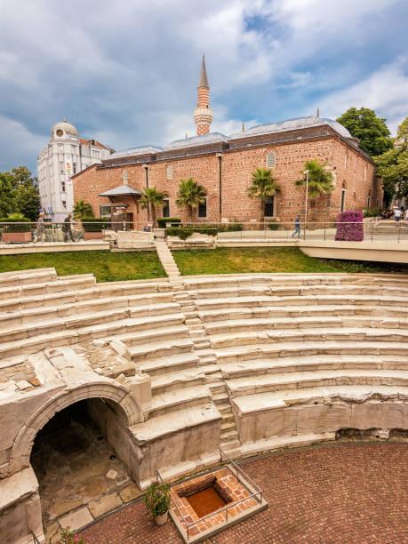 Reste des antiken römischen Stadions im Zentrum von Plovdiv und Hintergrundmoschee – Foto
