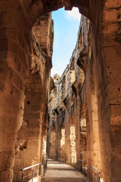 remains of the colosseum in el jem - urlaub in tunesien stock-fotos und bilder