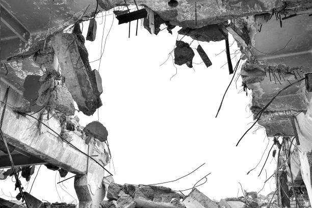 reste des zerstörten industriegebäudes. schwarz-weiß-bild. - betonwerkstein stock-fotos und bilder
