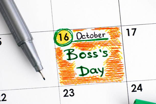 día del recordatorio jefe en calendario con rotulador verde. - boss's day fotografías e imágenes de stock