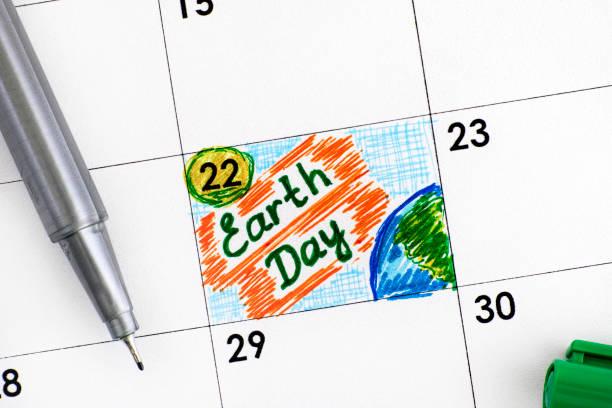 tag der erde erinnerung im kalender mit grünen stift. - tag der erde stock-fotos und bilder
