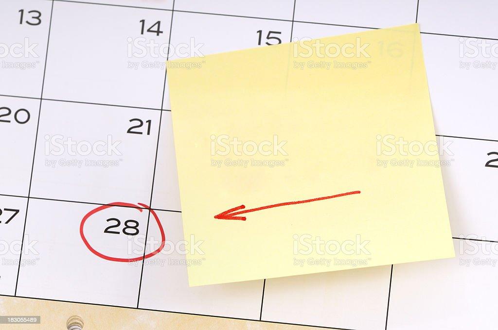 Erinnerung für ein wichtiges Datum, gelbe Klebezettel mit roten Pfeil - Lizenzfrei Buchseite Stock-Foto