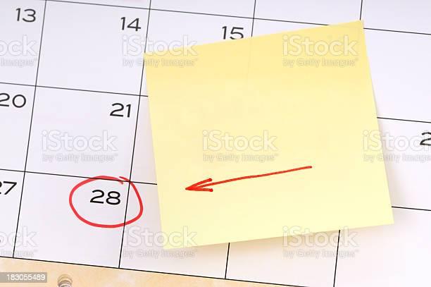 Erinnerung Für Ein Wichtiges Datum Gelbe Klebezettel Mit Roten Pfeil Stockfoto und mehr Bilder von Buchseite