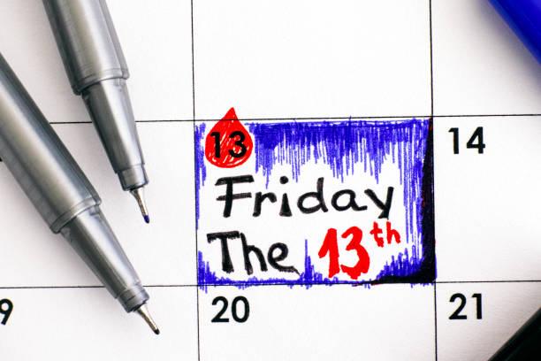 die erinnerung ist freitag, der 13. im kalender mit stiften. - freitag der 13 stock-fotos und bilder