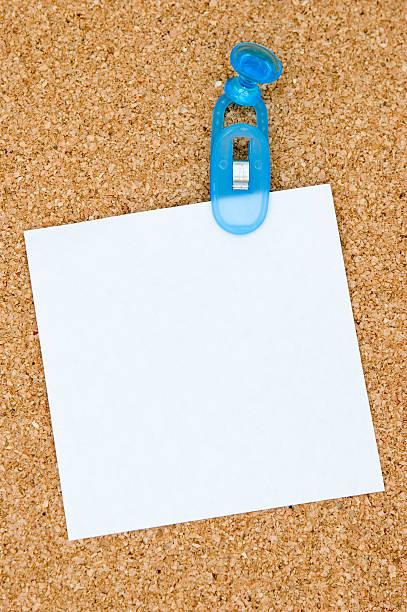 erinnerung hinweis stuck eine corkboard - briefhalter stock-fotos und bilder