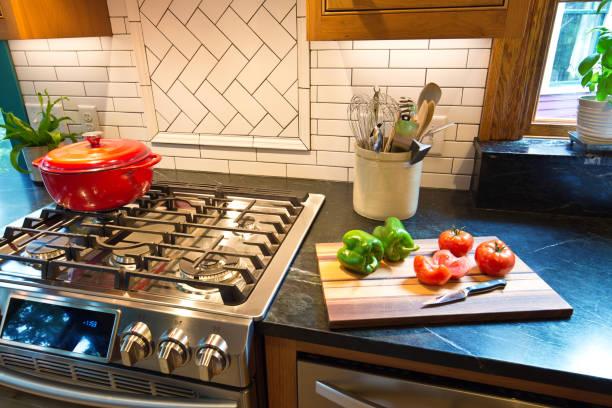 Remodern Contemporary Classic Kitchen Design mit Gasherd Range – Foto