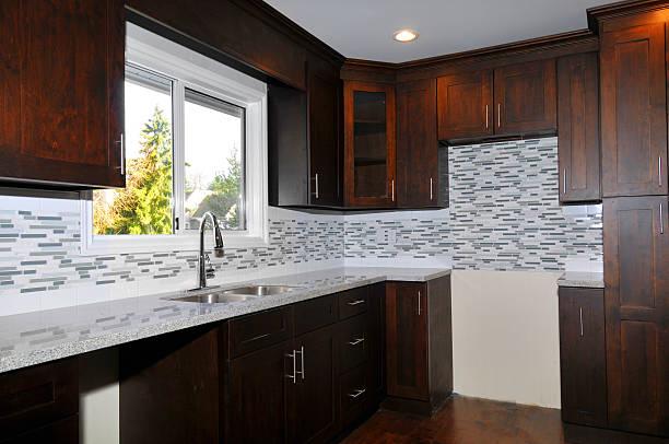 neu gestaltete küche - laminatschränke stock-fotos und bilder