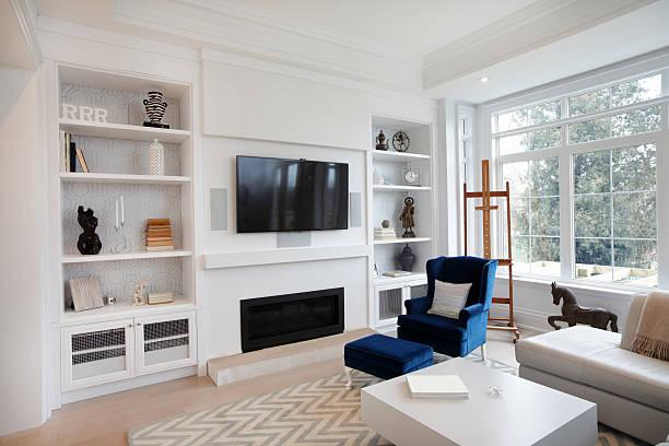 renovierte luxuriöse wohnzimmer - kamin weiß stock-fotos und bilder